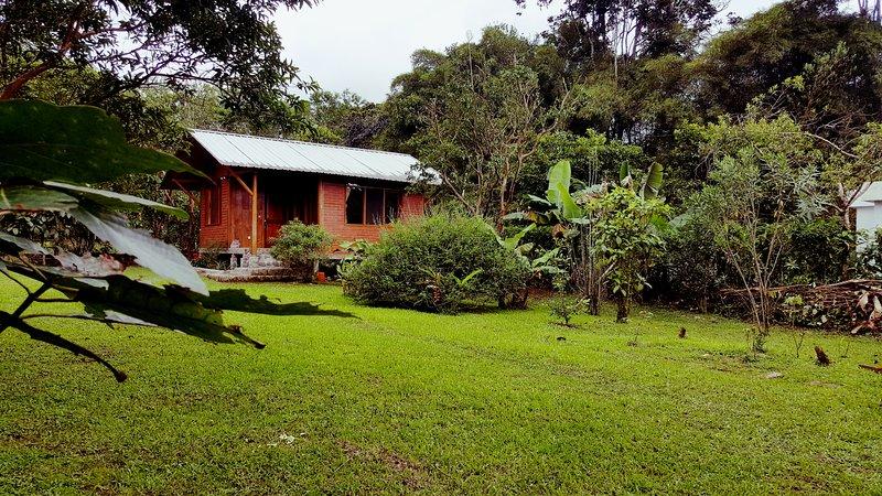 Casita de Madera Heliconia (single bedroom), holiday rental in Pacto