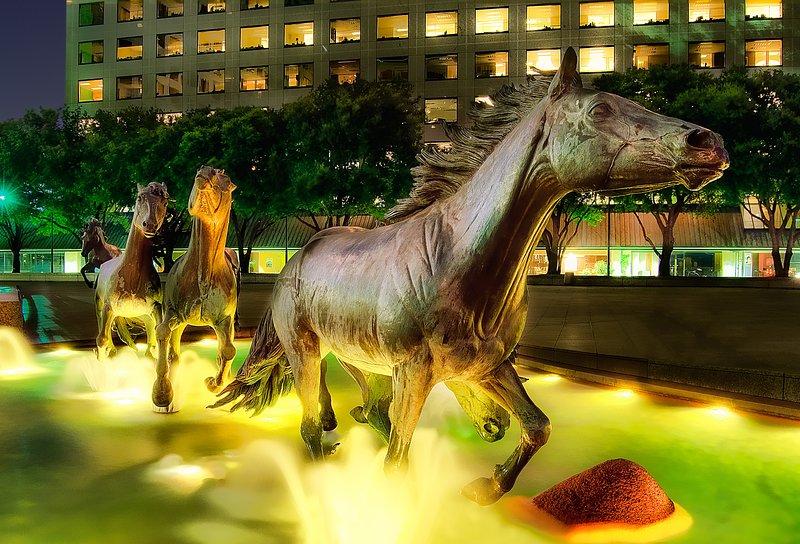 Mustang di Las Colinas. Il momento perfetto per vederli è di notte quando si accendono magnificamente.