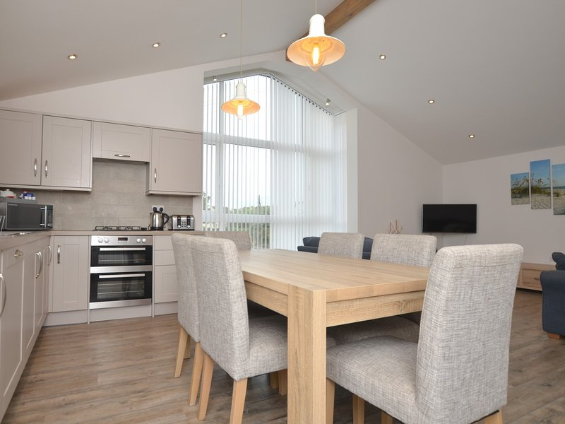 Beautifully appointed kitchen/dining area