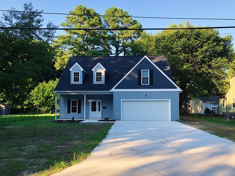 Brand New Cozy 5 Bedroom House Within walking distance to CNU, vacation rental in Smithfield