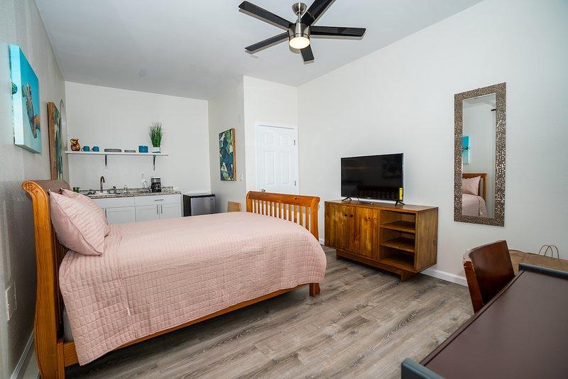 Privado de 2 habitaciones, 1 baño con 2 camas de tamaño completo, barra completa y aire acondicionado.