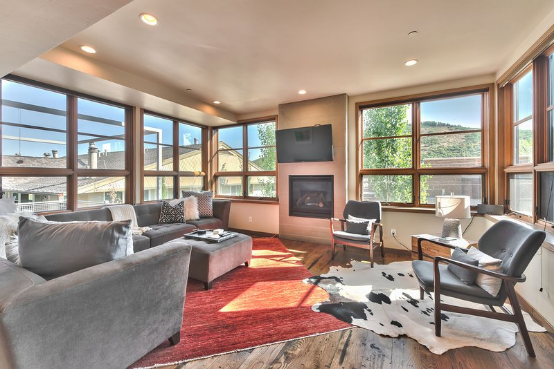 Level 2 - Living Room with Comfortable Contemporary Furnishings, Gas Fireplace, TV, Beautiful Hardwood Floors and Mountain Views