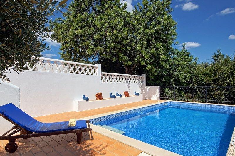 La piscina privata è recintata e recintata