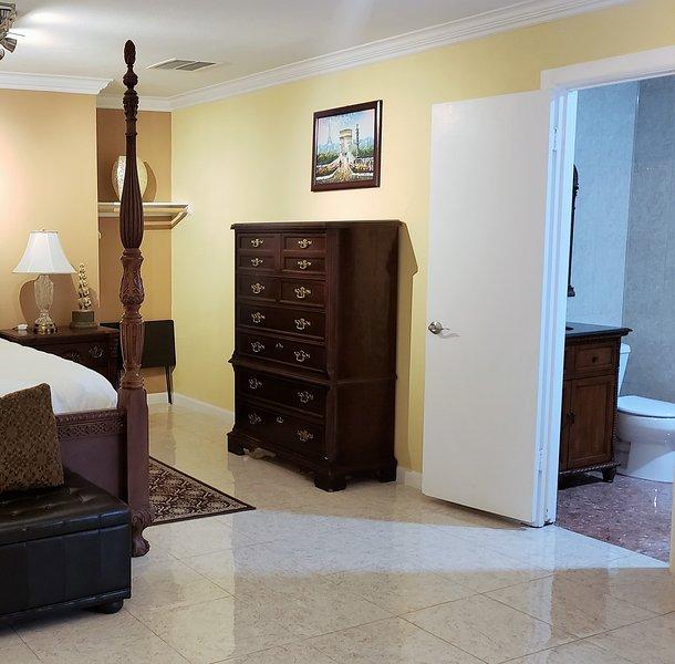 Porta a destra conduce al tuo bagno privato. Pulire i pavimenti in piastrelle in tutta la suite.