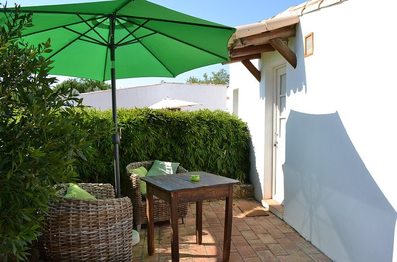 [4] Comfy DBL Room w/ Outdoor Kitchen and Shared Pool, holiday rental in Barao de Sao Joao