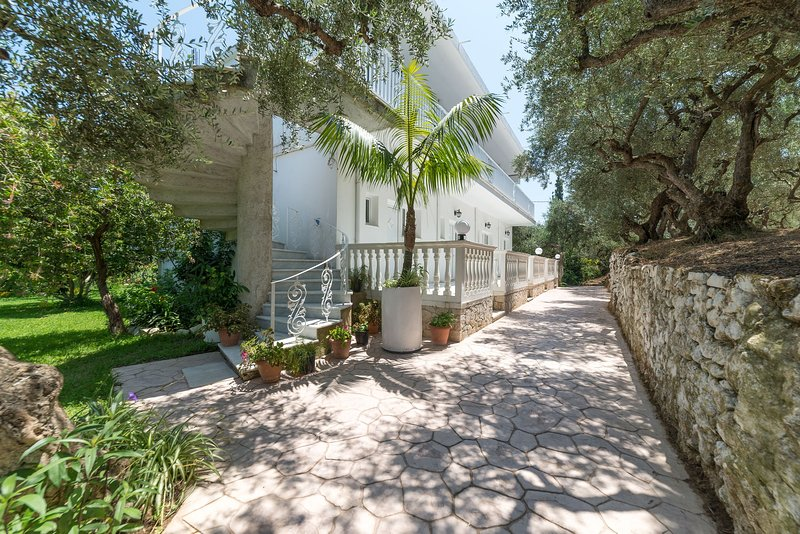 Ruassi Studios - Open Plan Studio with balcony, holiday rental in Ammoudi