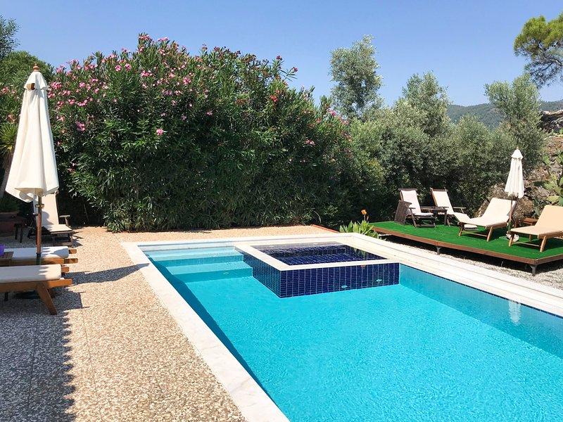Samik Villa Sleeps 6 with Air Con - 5678151, holiday rental in Armutalan