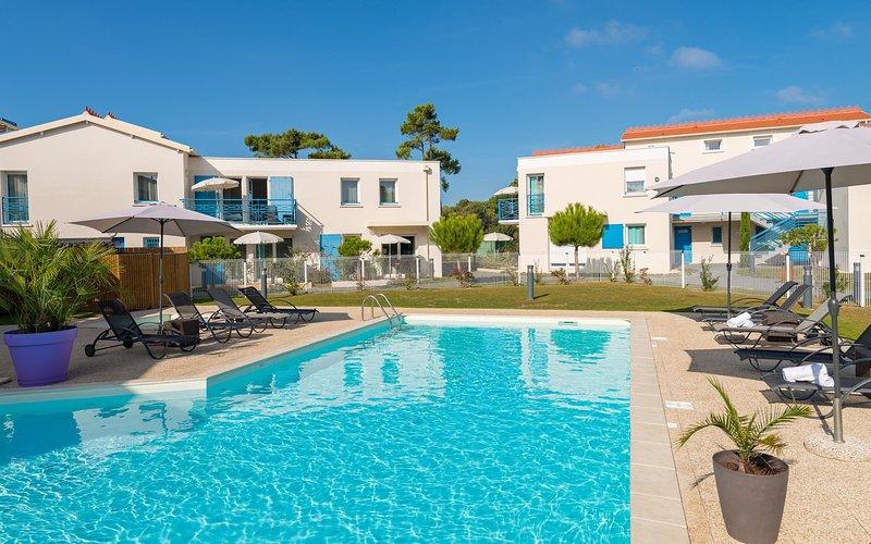 Profitez de l'été français et du salon au bord de la piscine.