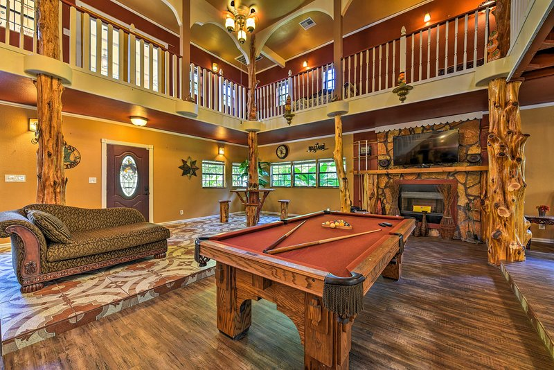 Spacious Conroe Home w/Foosball & Pool Table!, location de vacances à Spring