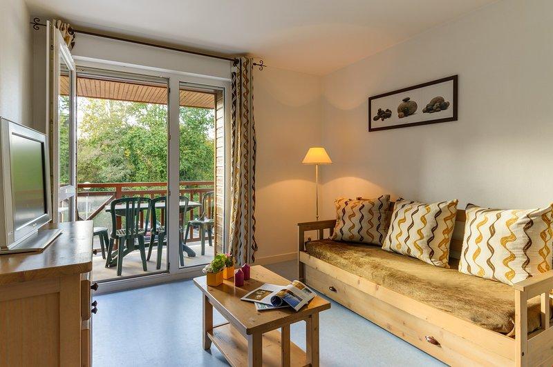 Vind rust en ontspanning met uw naaste vrienden en familie in deze prachtige open woonkamer met een natuurlijke inrichting.