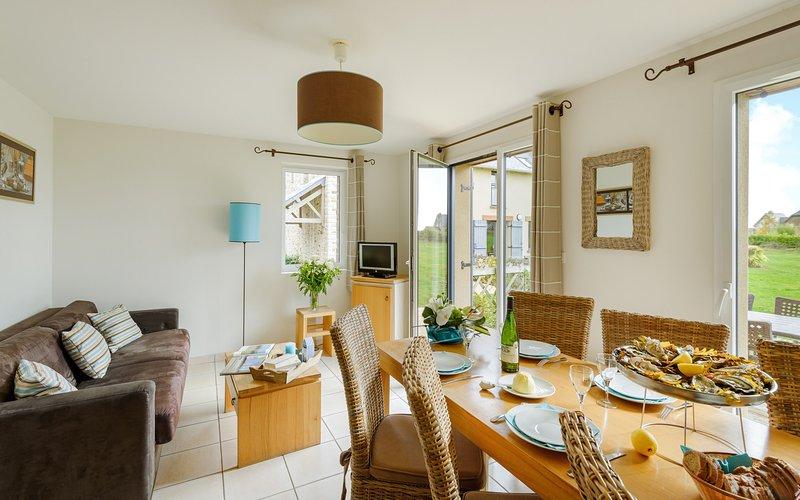Un montón de espacio en la mesa del comedor y el concepto abierto siempre es agradable para el cocinero.