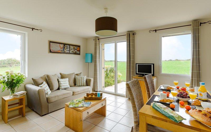 Encuentre paz y relajación con sus amigos cercanos y familiares en esta impresionante sala de estar de concepto abierto con decoración natural.