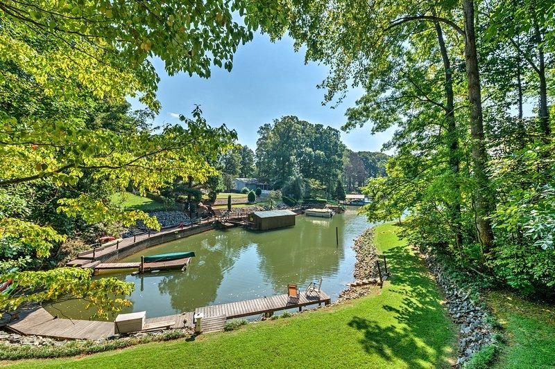 Bewonder het uitzicht op de prachtige baai en uw privé aanlegsteiger vanaf het dek.
