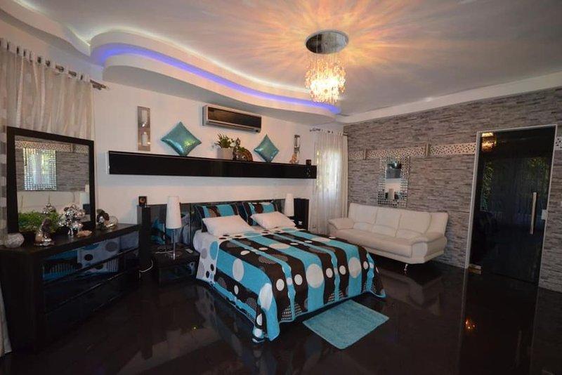 Luxury 7 BD Mansion in Sosua Center, location de vacances à Sosua