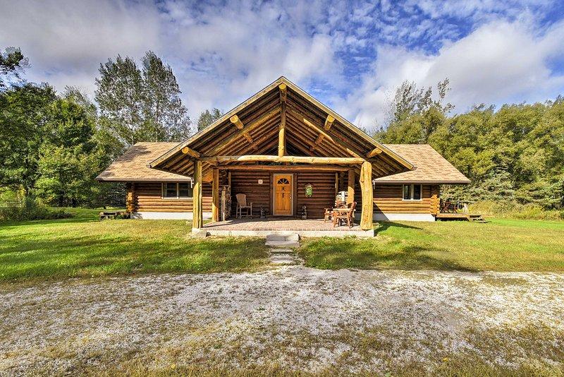 Valders Log Cabin near EEA Air Show & Sheboygan!, location de vacances à Chilton
