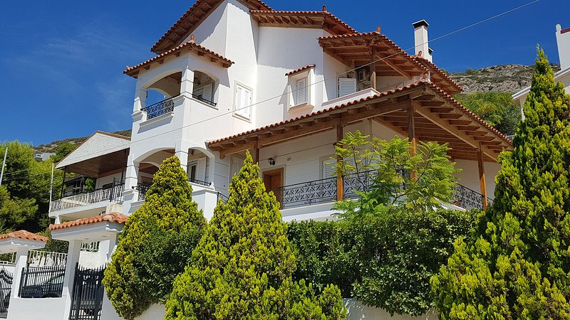 Luxury Villa with fantastic sea view, near airport – semesterbostad i Porto Rafti