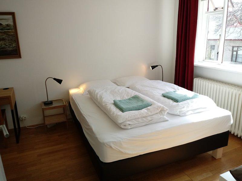 Quiet - room down town main street, aluguéis de temporada em Reykjavik