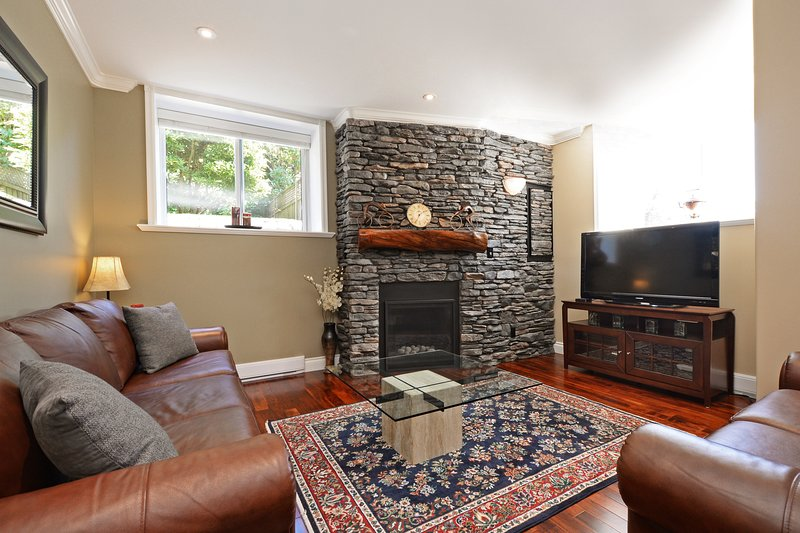 Upscale Character Home with Luxurious Amenities, holiday rental in Saanich