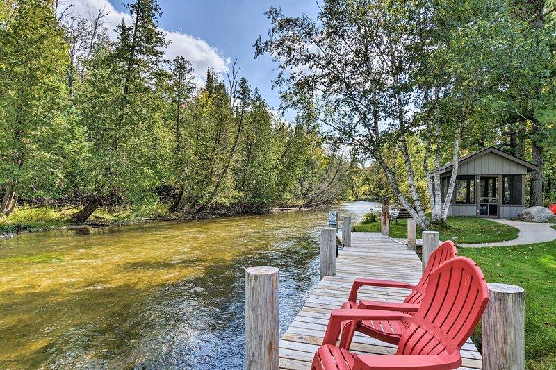 ¡Esta propiedad de Kingsley ofrece acceso a 4 kayaks y un muelle privado!