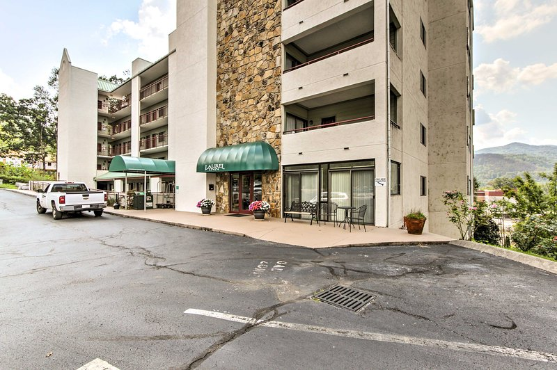 This condo lies just 1 mile from the main strip and 2 from the National Park.