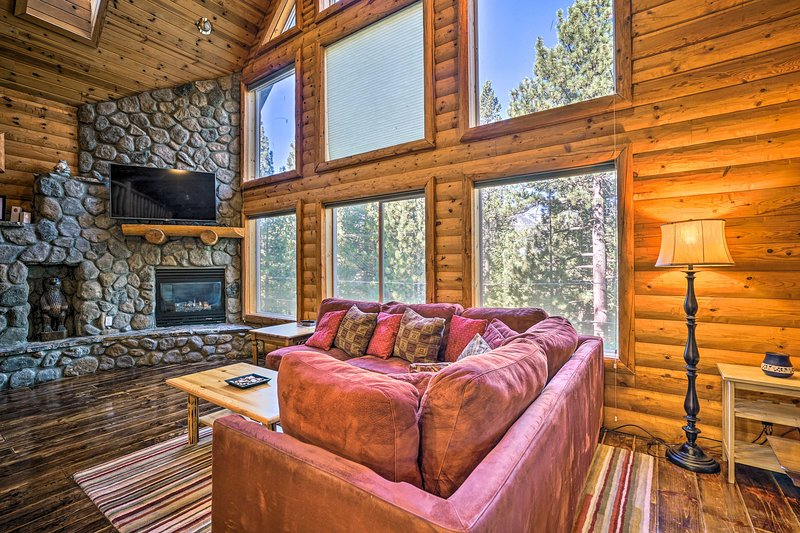 S. Lake Tahoe Home w/ Private Indoor Pool+Hot Tub!, holiday rental in Twin Bridges