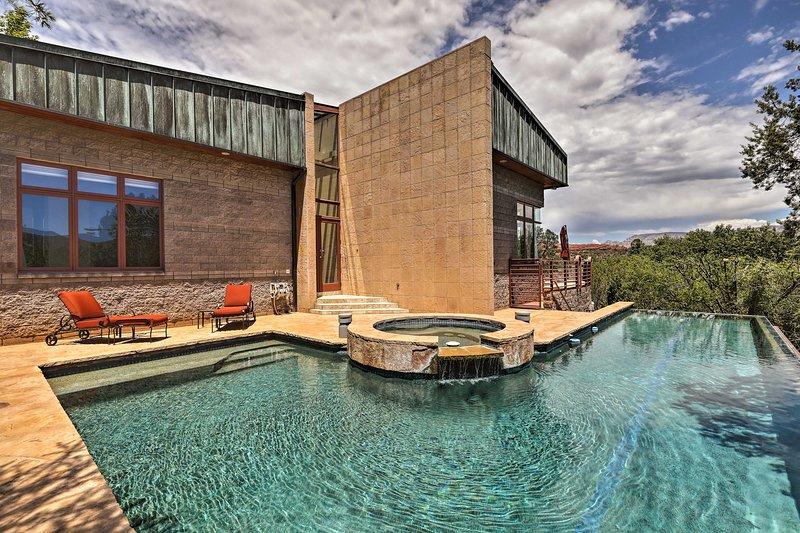 Assapora i forti raggi dell'Arizona in questa affascinante piscina a sfioro.