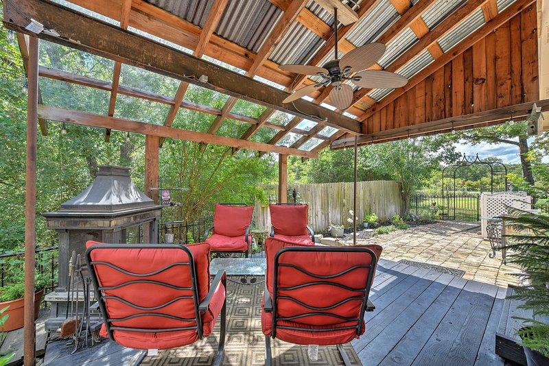 Le pavillon de 2 chambres et 2 salles de bain peut accueillir 6 personnes et se trouve à 10 minutes de Texas A & M!