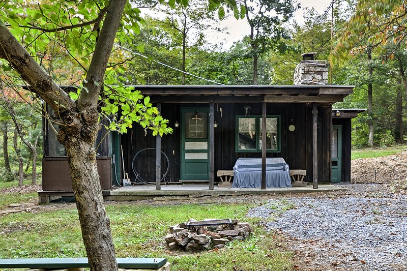 Explore Bedford, PA from the comfort of this vacation rental cabin!