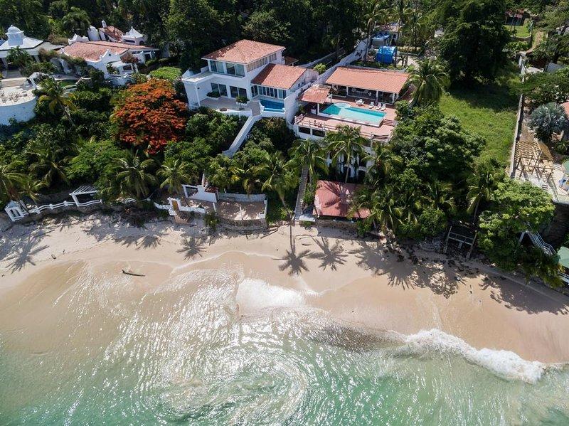 Vista aérea de la propiedad con acceso directo a la playa y playa Bohio