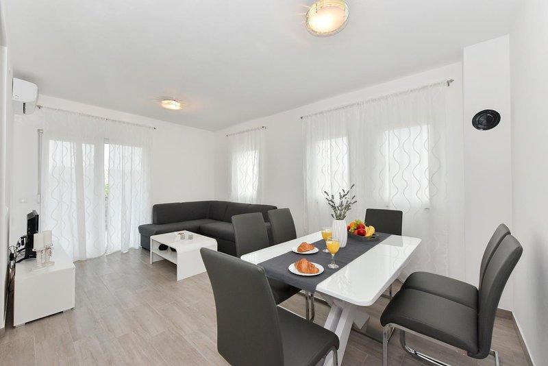 CROWONDER LUXURY VIR APARTMENT A1, I-st. floor, vacation rental in Vir