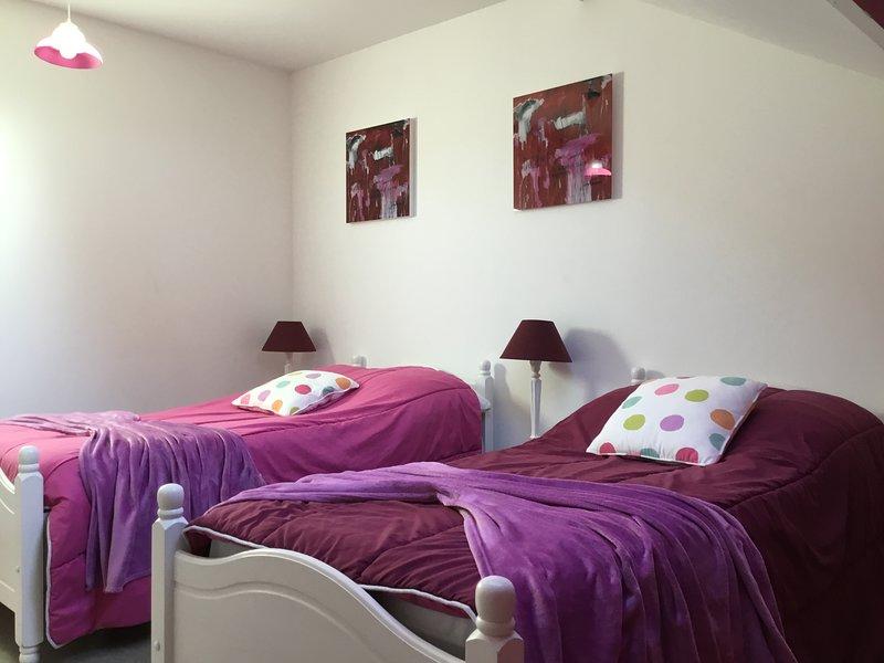 Habitación en el piso con dos camas