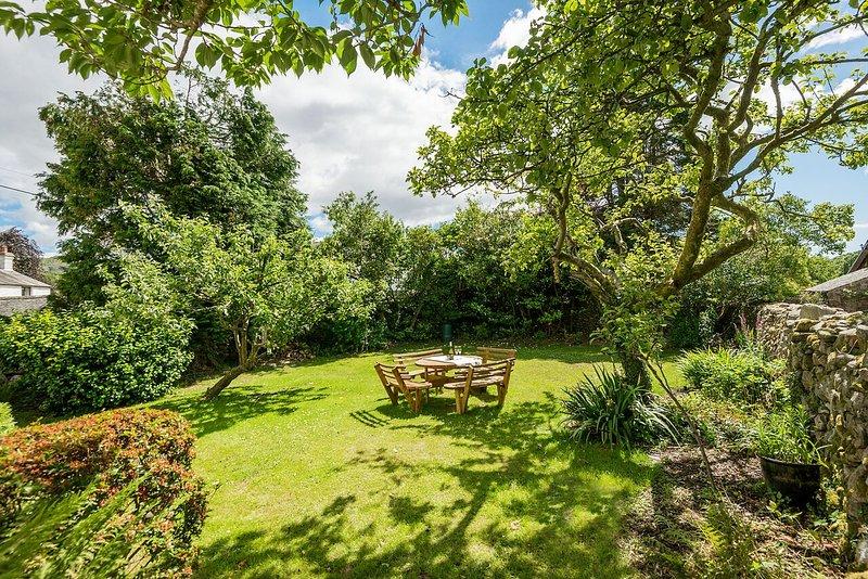 Privater ummauerter Garten mit herrlichem Blick auf das Meer - ideal für ein BBQ oder Nachmittagstee!