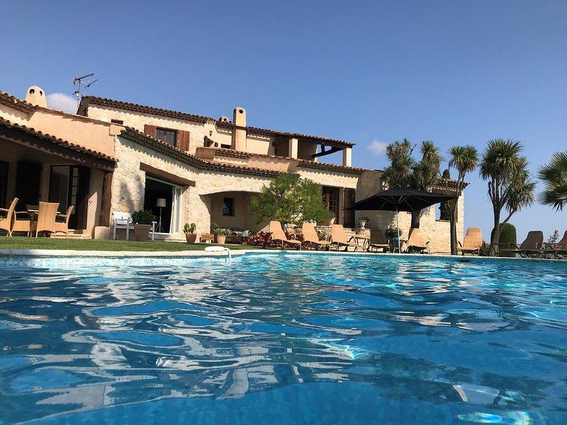 Grande piscina di acqua salata riscaldata