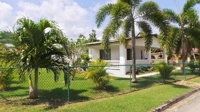Ginger LIly 3 bedroom villa, holiday rental in Trents