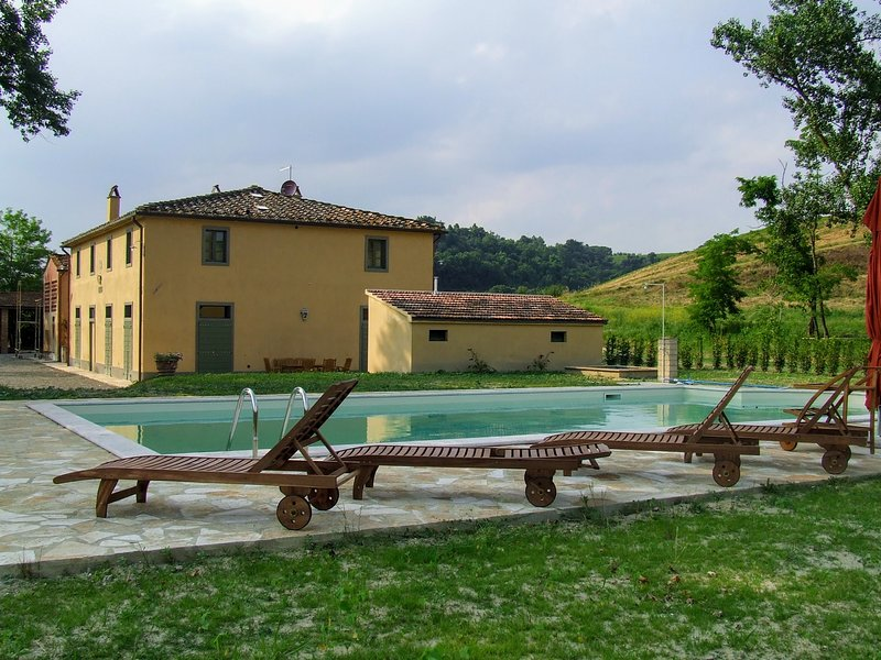 Monte Lopio Holiday Home Sleeps 8 with Pool Air Con and WiFi - 5226626, alquiler vacacional en Ghizzano
