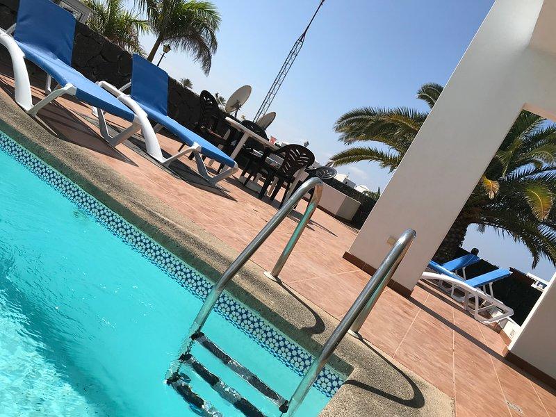La villa ha una piscina privata e nuovi lettini!