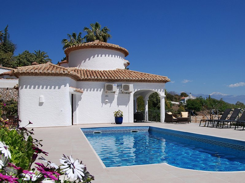 Modern, Stylish & Comfortable. Large Heated Pool, Panoramic Sea Views, WiFi., vacation rental in Salobrena