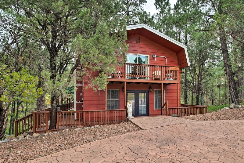Escape to this charming Ruidoso Downs vacation rental cabin!
