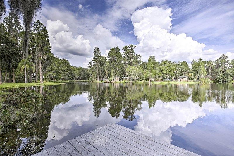 Pescate, nuotate e prendete il sole da questo molo idilliaco!