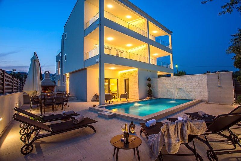 VILLA FILIP  heated pool&sauna, 5 en-suite bedrooms, 30m from sea, Special Offer, holiday rental in Kastel Stafilic