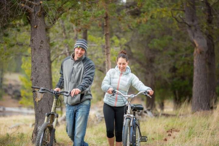 Fietsen zowel op als off-road, neem Oregon Scenic Bikeway of toodle rond de stad.