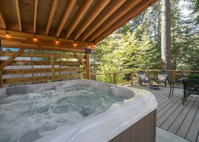 Cozy log cabin, Hot Tub, WiFi, Fido OK and 20 mins to town & skiing, holiday rental in Leavenworth