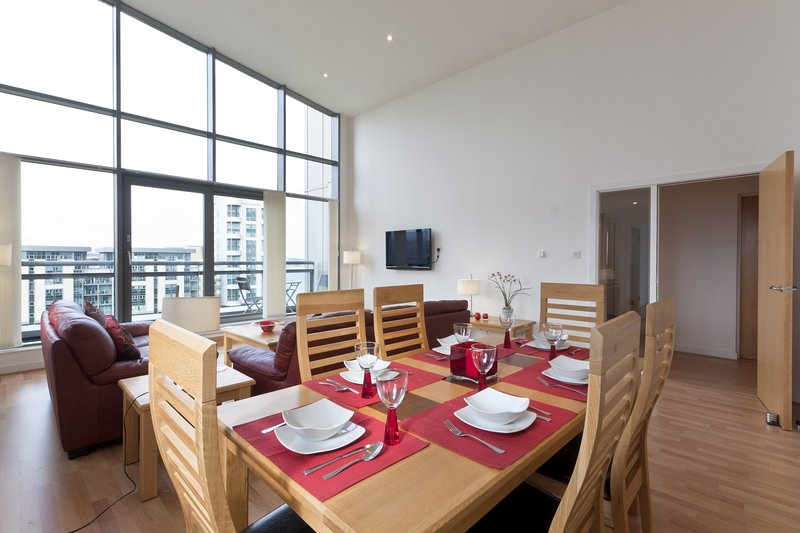 Luxury Penthouse Ocean View 3 Bed 3 Bathroom Apartment with Super King beds, vacation rental in Kinghorn