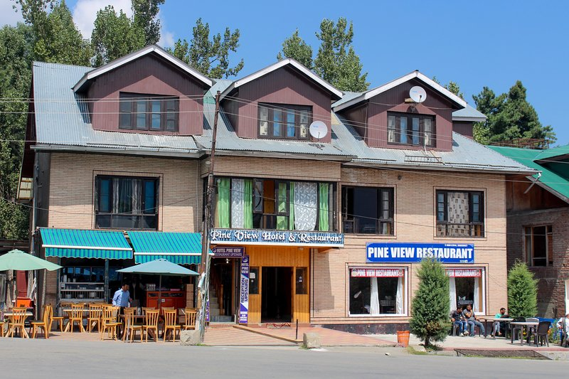 Pine view Hotel is an award winning for the best honeymoon couples., alquiler vacacional en Srinagar