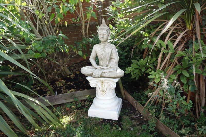 Disfruta de un momento de contemplación en el jardín.