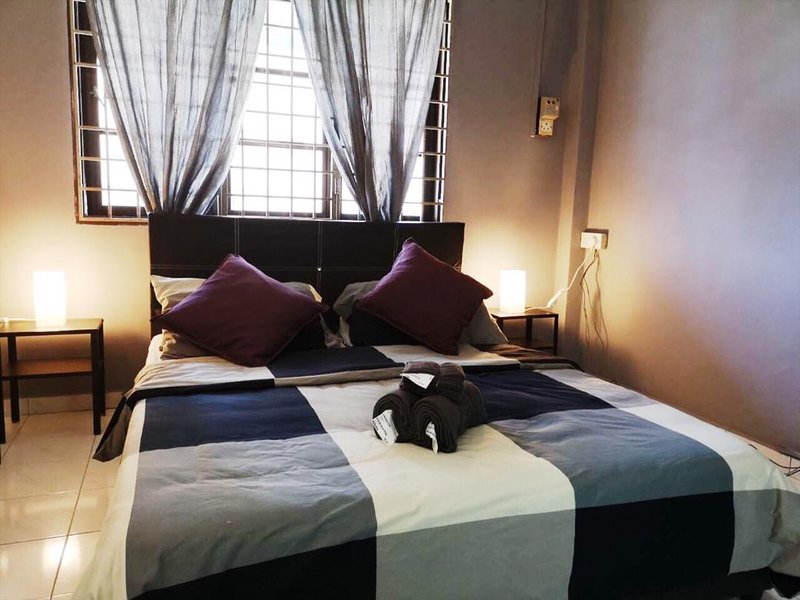 Master Room - Temenggong Apartment, holiday rental in Melaka