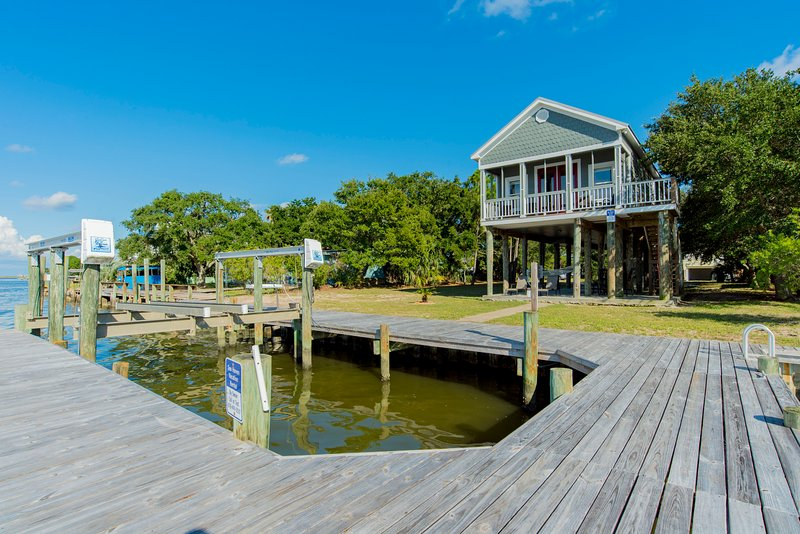 ADORABLE OCEANFRONT HOUSE W/ PRIVATE BOAT DOCK, LIFT & AMAZING VIEWS!!!, holiday rental in Dauphin Island