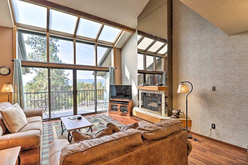 Um teto abobadado, uma decoração em estilo de cabana e luz natural recebem você no seu interior.