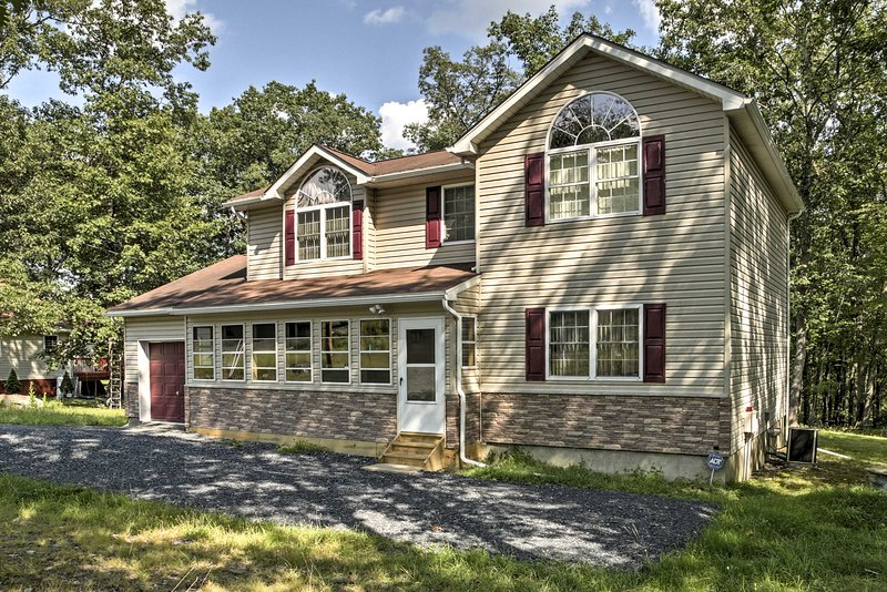 Bushkill House w/Deck & Resort Community Amenities, holiday rental in Sandy Hook