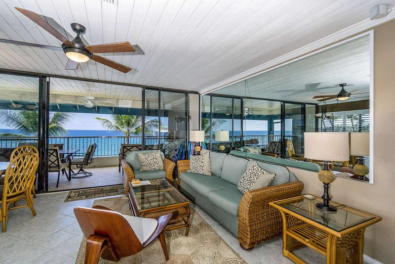 Kona Reef #D31 - Oceanfront Living Room